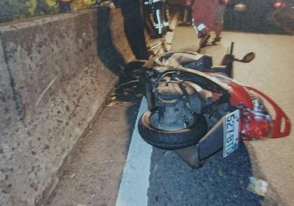 陳瑞光昨天深夜11時許騎車行經北宜公路坪林路段時,疑似打滑自摔,機車橫躺在路邊,人卻墜落山谷。(記者吳張鴻翻攝)