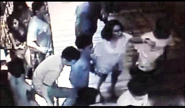 警方追查殺警案,不排除薛貞國當時踹了曾威豪一腳,曾火大指示身旁女友劉芯彤(圖中白衣女子,民眾提供)「叫他們過來支援」,進而演成圍毆薛貞國致死事件。