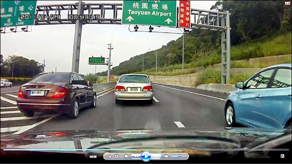 中國賓士車「云A-378TW」前天在五楊高架道路違規跨越槽化線,又被網友行車紀錄器「捕獲」。(取自網路,照片上方時間紀錄網友未調整)