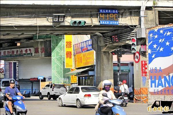 新竹測站昨測得38.2度高溫,創51年來9月最熱天,暴熱的天氣甚至讓中華路上的溫度鐘「失真」出現41度超高溫。(記者何宗憲攝)