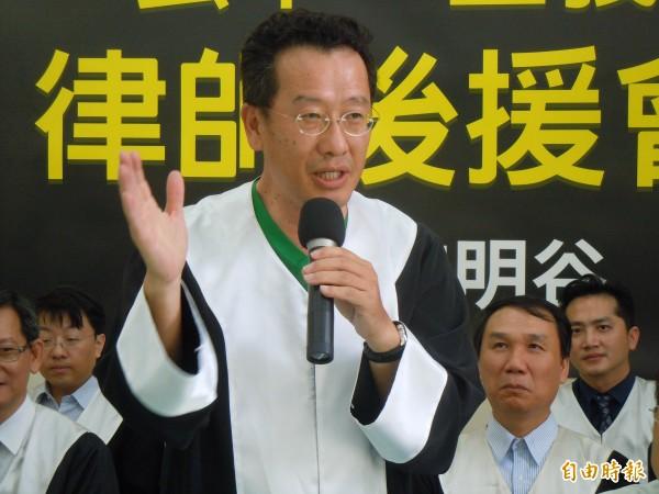 曾是柯文哲參選台北市長的競爭對手、人權律師顧立雄,今天出席民進黨彰化縣長參選人魏明谷成立律師團後援會的記者會。(記者張聰秋攝)