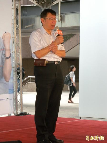 柯文哲說,對於信義區夜店殺警案、收賄疑雲等問題,台北市政府、特別是市長郝龍斌,應該出來說清楚。(記者吳亮儀攝)