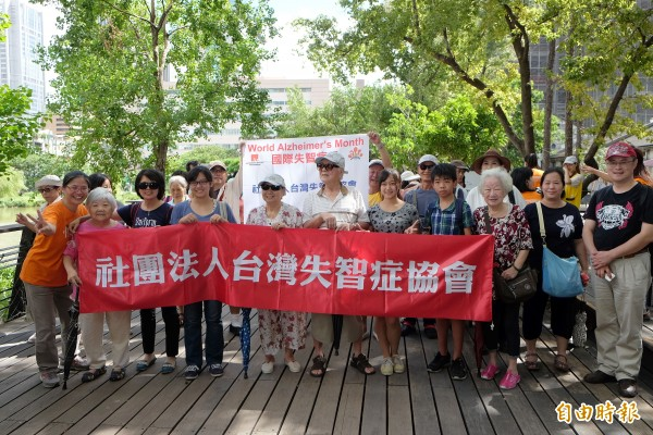 台灣失智症協會20日在松菸文創似好倉庫舉行「珍愛記憶嘉年華」與健走,希望透過歡樂嘉年華會的方式,提醒年輕人提早篩檢失智症。(記者陳炳宏攝)
