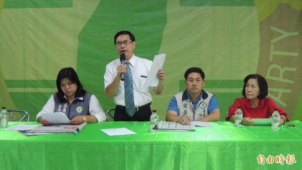 民進黨嘉市長參選人涂醒哲(左二)昨公布幽靈人口檢舉專線電話為05-2336555。(記者丁偉杰攝)
