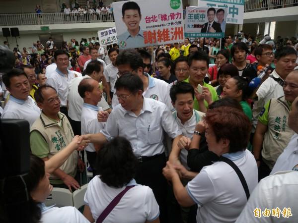 柯文哲參加民進黨造勢活動,現場受到熱烈歡迎。(記者吳亮儀攝)