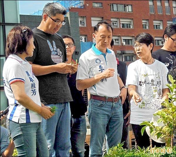 國民黨台北市長參選人連勝文(左二)昨到錦安市場屋頂農園參觀,還試吃角菜。(記者盧姮倩攝)