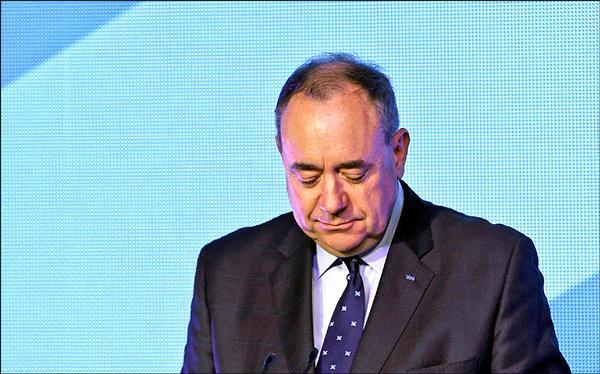 蘇格蘭獨立派18日在獨立公投落敗之後,大力推動獨立的首席大臣薩蒙德9日宣布辭去蘇格蘭民族黨黨魁職位,也將辭去首席大臣一職。(路透)