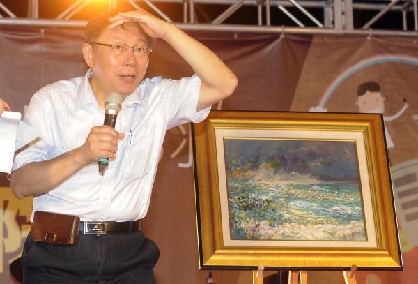台北市長參選人柯文哲出席公民監督國會聯盟餐會,並擔任藝術品拍賣官。(記者陳志曲攝)