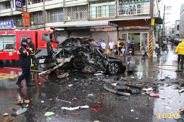 黑色轎車右側車體全毀。(記者林宜樟攝)