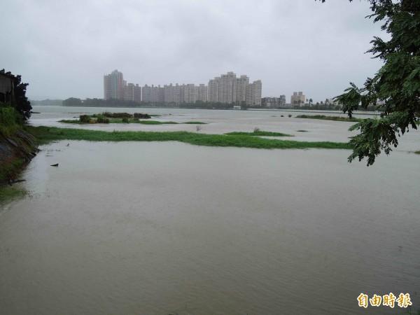 「鳳凰」颱風為南部水庫帶進雨量,圖為澄清湖水庫區降雨情形。(記者黃旭磊攝)
