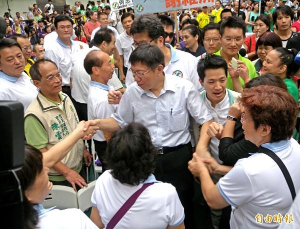 無黨籍北市長參選人柯文哲(中)受邀出席,受到熱烈歡迎。(記者吳亮儀攝)