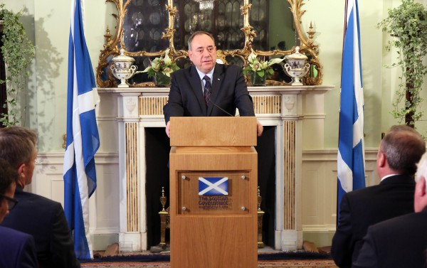 蘇格蘭首席大臣薩蒙德指控英國背信,警告蘇格蘭恐藉由公投以外的方式,逕自宣布獨立。(法新社)