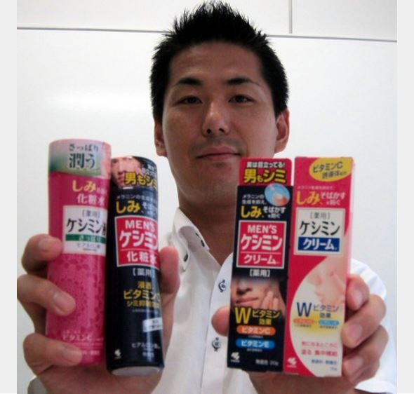 日本小林製藥針對女性推出的去斑化妝品有不少男性購買,公司將包裝由粉色改為黑色後,銷售額更是超出預期。(擷取自日本雅虎新聞)