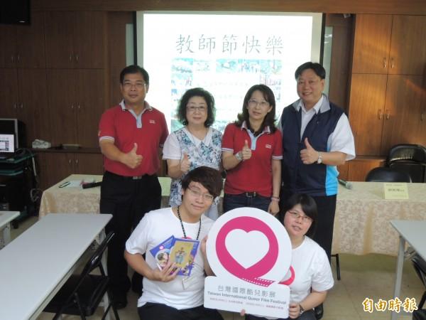 高雄市教師職業工會與台灣國際酷兒影展(下)合作的舉辦「進步教育」系列活動,獲得范巽綠(左二)及鄭新輝(右一)力挺。(記者洪定宏攝)
