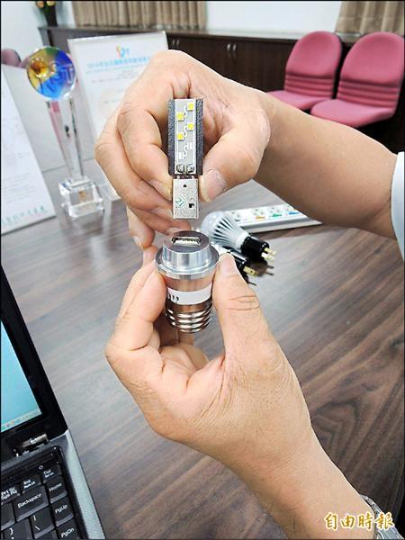 換個插槽設備,LED基板就能成為隨身攜帶的照明設備。(記者林孟婷攝)