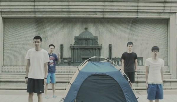 在片中4位年輕人在20秒內,完成夜宿帝寶的「夢想」,影片上詼諧又帶點自嘲,讓人不經莞爾一笑。(圖擷取自YouTube)