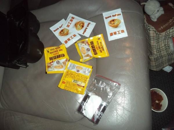 警方在張姓男子的白牌計程車上找到許多毒品。(警方提供)