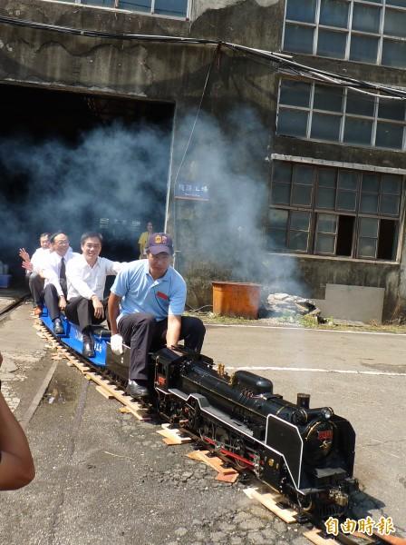 記者會首先由市長郝龍斌、台鐵局長周永暉、文化局長劉維公等人共同搭乘小火車進場。(記者游蓓茹攝)