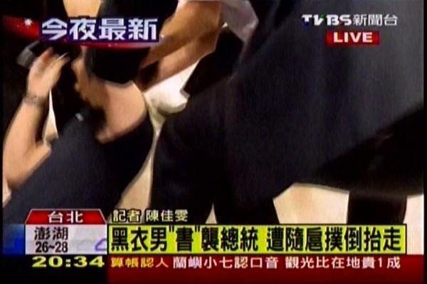 顏姓學生遭到隨扈壓制並架至一間房間訊問。(擷取TVBS-N)