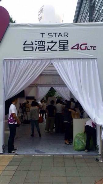 網友說台灣之星iPhone6開賣現場很像告別式。(照片民眾提供)