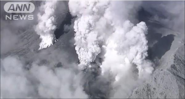 從上空觀測御嶽山的景象得知噴發口不只一處。(圖擷取自全日本新聞網)