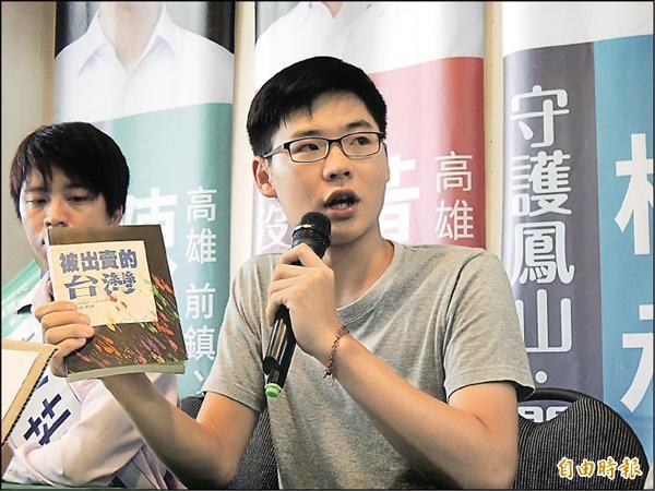 顏銘緯昨手持「被出賣的台灣」,談書K馬英九事件,該書被網友封為護國神書。(記者王榮祥攝)