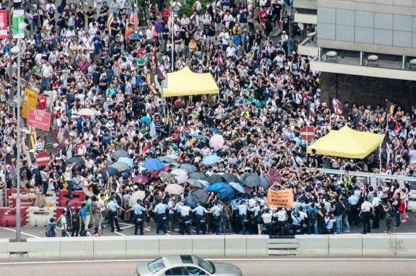 香港警方準備清場,市民則持續抵抗。(圖擷取自「香港獨立媒體網」臉書)