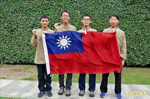 陳奕愷(左起)、黃士桓、李述辰、程肯等4名台灣小將,遠赴西班牙參加第8屆國際地球科學奧林匹亞競賽,拿下3金1銀世界冠軍。(記者吳柏軒攝)
