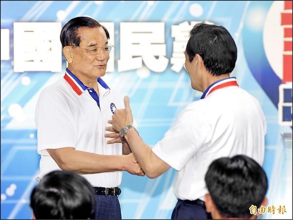 國民黨中央助講團28日正式成軍,總團長馬英九(右)在榮譽團長連戰(左)致詞後,主動握手致意,並向連戰比「讚」。(記者廖振輝攝)