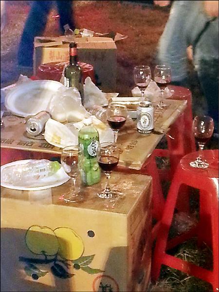 哈雷車主在台南國定古蹟億載金城內辦大會師,到處都是酒瓶、菸蒂,民眾質疑破壞古蹟。(圖由讀者提供)
