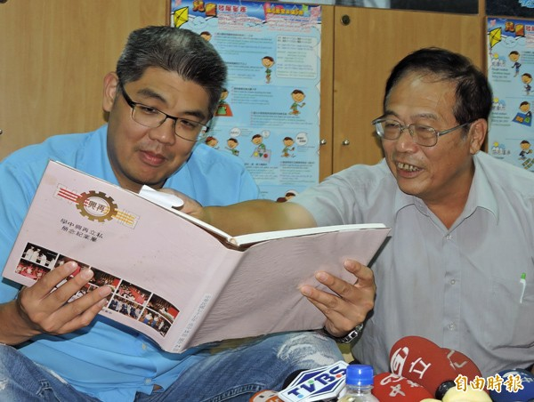 連勝文(左)昨拜訪再興高中班導師翁德彬(右)拿起近三十年前的高中畢業紀念冊,與恩師話家常。(記者賴筱桐攝)