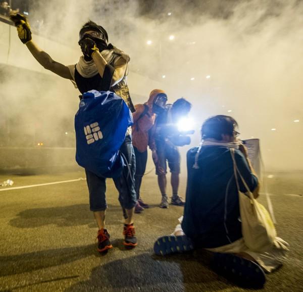 紐約時報在報導中形容,警方出動催淚瓦斯,讓香港街頭成了戰場。(法新社)