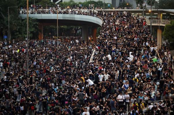 佔中行動發起人陳健民今天公開表示,香港政府以暴力對付市民,市民卻仍能不恐懼,並維持和平非暴力,代表佔中行動至今已取得第一階段勝利。(路透)