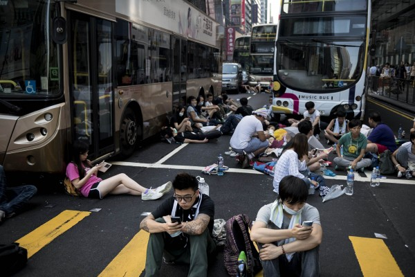 香港佔中遊行越演越烈,不少民眾擔心是否會影響香港旅遊,有香港網友熱心整理回答,許多台灣網友看完後都紛紛向香港打氣加油。(法新社)
