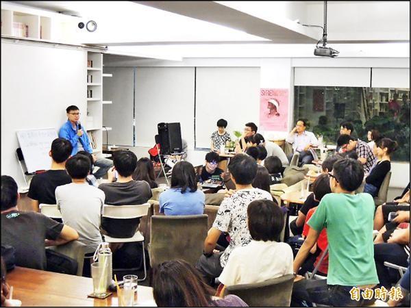 太陽花學運領袖林飛帆(左上穿藍衣者)昨參加成功大學零貳社舉辦的佔中討論會,對香港當前局勢感到焦慮。(記者王俊忠攝)