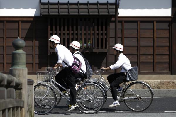 日本濱松警方今天接獲炸彈恐嚇,隨即將濱松市內101間小學全數關閉,約4.4萬小學生提早放學回家。(彭博社示意圖,與新聞事件無關)