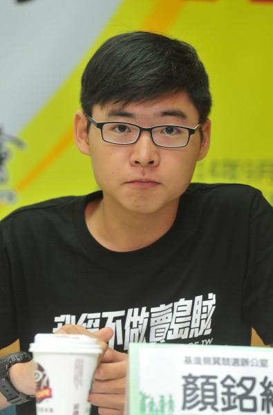 目前就讀中山大學社會系一年級的顏銘緯日前拿「被出賣的台灣」一書砸向馬英九,他也因此事受到關注。(資料照,記者簡榮豐攝)