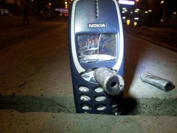 民眾拍下NOKIA3310成功為自己擋下子彈的畫面並上傳網路,網友紛紛留言:「能與Nokia一起作戰,是我的榮幸。」。(圖:「香港懷舊」)