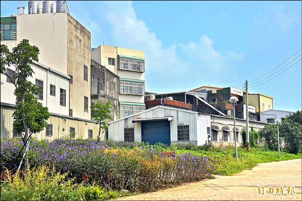 林欽松位於竹南鎮大埔里仁愛路住家後方的鐵皮屋,經縣府會勘,占用了大同段三二七之一號、面積約六十坪的縣有地。(記者彭健禮攝)
