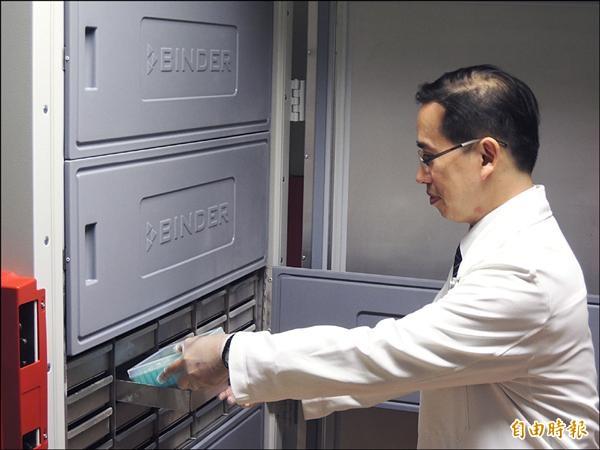中央研究院與花蓮慈濟醫院昨天舉行「台灣人體生物資料庫」合作簽約暨揭牌儀式,未來收集來的生物資料都會鎖在專屬的冰箱內。(記者王錦義攝)