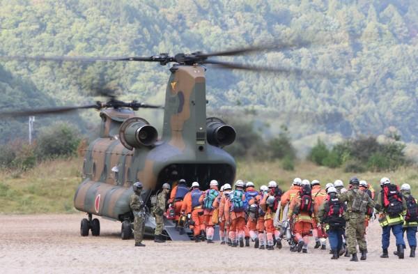 日本救難人員今天在御嶽山頂附近,新發現12名失去生命跡象的登山者,使得這起災難死亡人數達到25人,另有23人失去收命跡象。(法新社)
