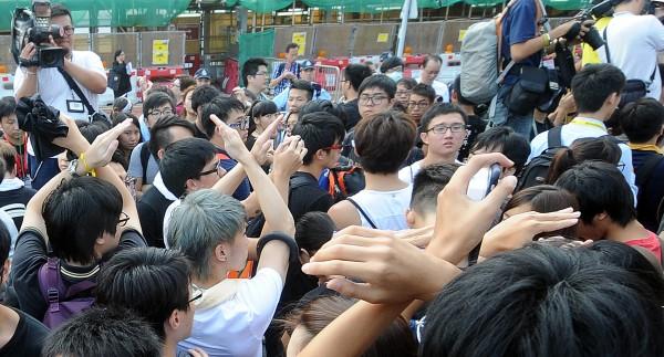 香港1日舉行國慶升旗典禮,儀式進行時,學生高舉雙手打叉。(特派記者方賓照攝)