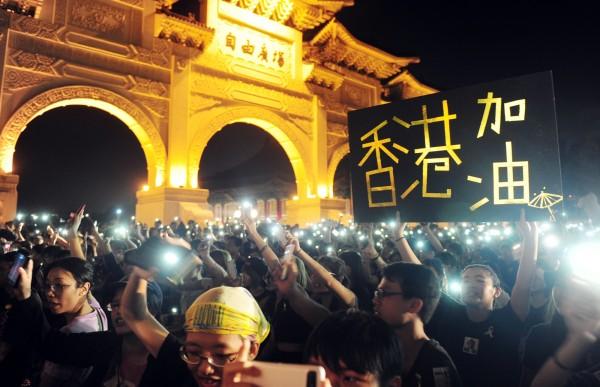 今晚在自由廣場的聲援香港晚會,太陽花學運領袖陳為廷和林飛帆也到場聲援演講。陳為廷說,台灣幫助香港最好的方法就是搞好自己的運動,緊盯馬政府的兩岸協議。林飛帆則表示,台灣要和香港、西藏等地組成聯合戰線對抗中國的壓迫。(記者羅沛德攝)