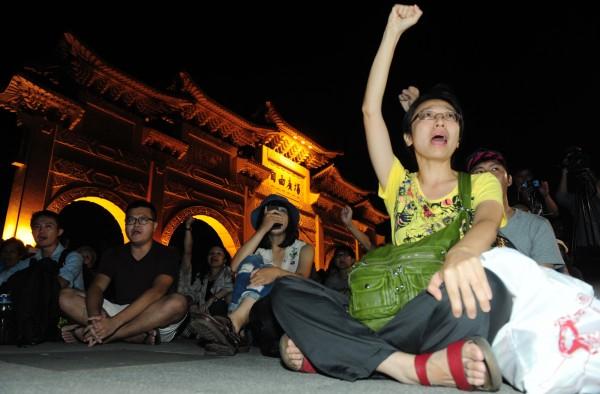 為表達台灣人支持香港佔中行動,包括六四民運人士王丹等人晚間在中正紀念堂自由廣場舉辦聲援活動。民眾踴躍參與,聲援香港。(記者羅沛德攝)