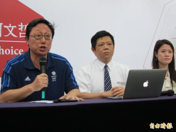 姚立明(左一)上午代替柯文哲出面說明北檢偵辦MG149帳戶案一事。(記者蔡亞樺攝)