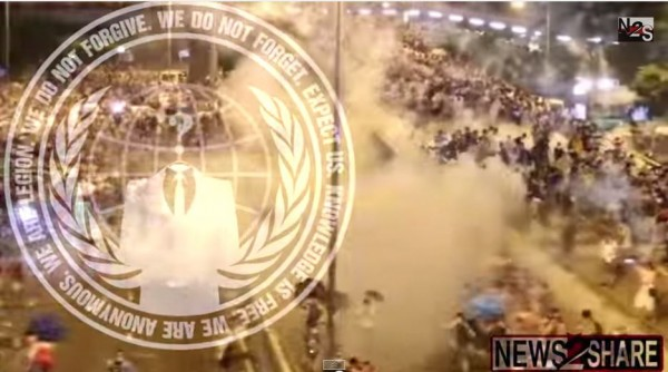 港警暴力鎮壓引發國際駭客團體「匿名者」關注,並揚言入侵香港政府網站。(照片擷取自YouTube)