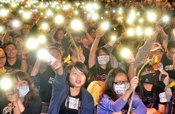 太陽花學運期間打人的警察找不到,民進黨發言人黃帝穎對此質疑,檢警擺明欺負受害的台灣人民,包庇加害者,是不公不義的違法瀆職。圖為太陽花學運退出立法院議場時,民眾合唱太陽花學運主題曲「島嶼天光」,照亮全場。(資料照,記者王藝菘攝)