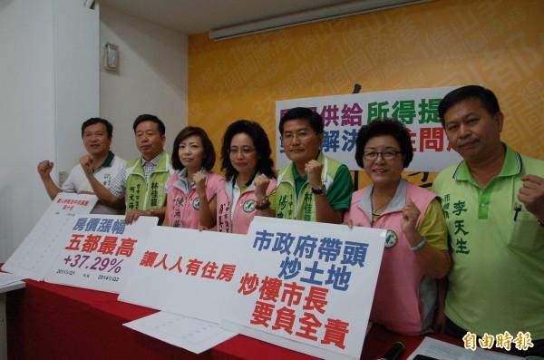 民進黨多名議員今天開記者會,抨擊胡志強是「炒樓市長」。(記者唐在馨攝)