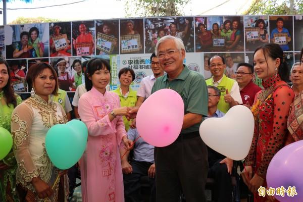 新住民贈愛心氣球,給李進勇加油打氣。(記者詹士弘攝)