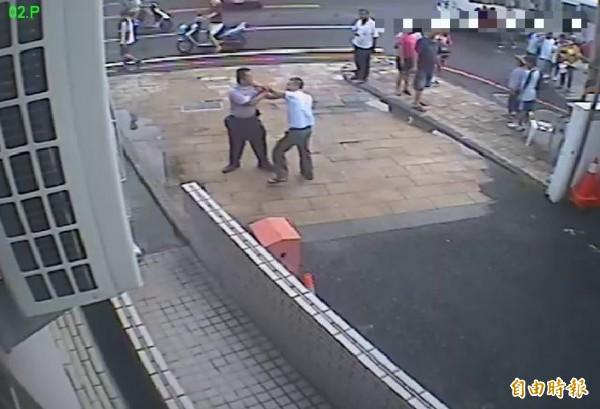 警員劉貫中獲報後迅速趕到現場,鍾男看見警方情緒更是失控,不讓警方上前還大聲叫囂。(記者邱芷柔翻攝)